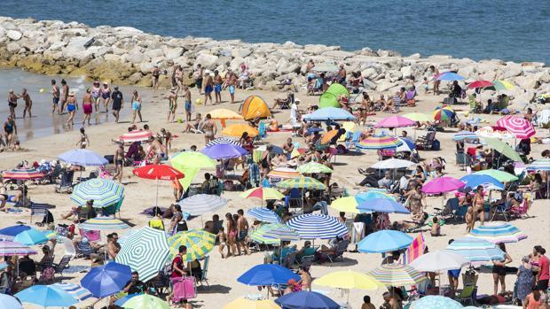 Muchos visitantes disfrutarán este fin de semana de sus últimos días en las playas de Cádiz.