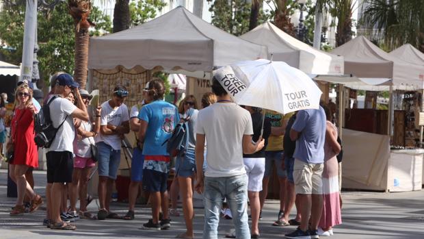 Un guía ofrece sus servicios de forma gratuita a los turistas en la Plaza San Juan de Dios de Cádiz