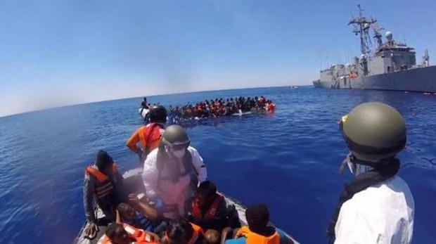Imagen de un rescate de migrantes en el Mediterráneo por parte de una fragata española con base en Cádiz.