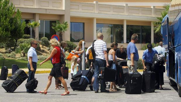Decenas de turistas llegan a uno de los hoteles de Chiclana, una de las localidades que ha registrado mejor ocupación hotelera en 2018.