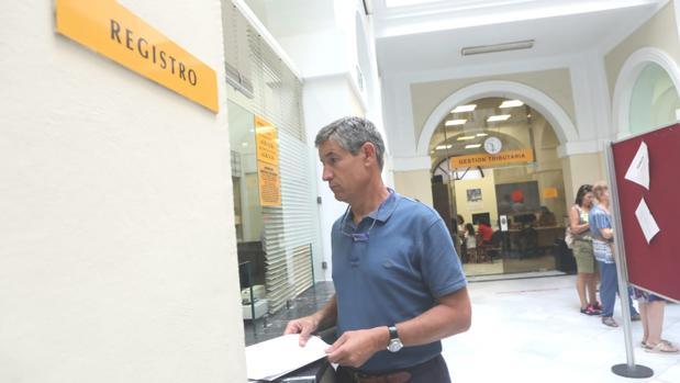 El portavoz de Ciudadanos en Cádiz, Juan Manuel Pérez Dorao, presentando la moción