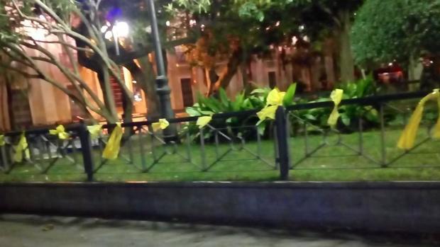 La barandilla de los jardines de la Plaza de Mina, plagada de lazos amarillos
