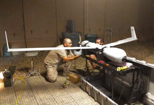 Dos militares de la Undécima revistan el dron.