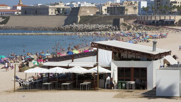 Los dueños de los chiringuitos, enfadados con el Ayuntamiento de Cádiz.