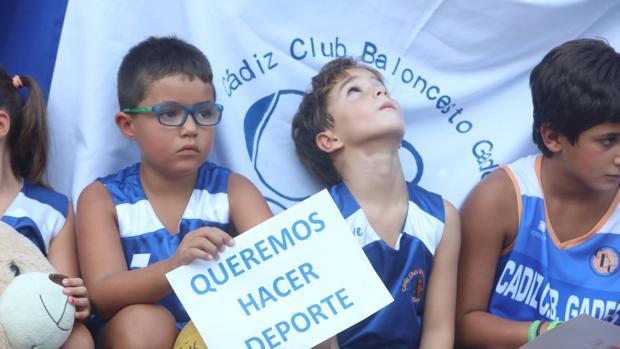 Cientos de niños se manifestaron a las puertas del Ciudad de Cádiz.