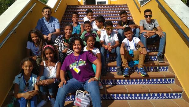 Los niños saharauis en el polígono 'La Palmosa' en Alcalá de los Gazules antes de coger el autobus