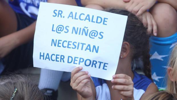 Imagen de la protesta el pasado martes contra la decisión municipal de cesión de instalaciones deportivas