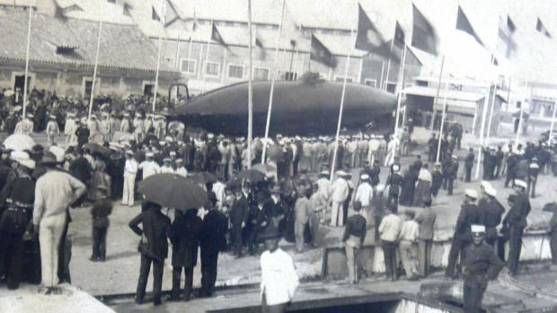 Botadura del submarino de Isaac Peral en la Bahía de Cádiz