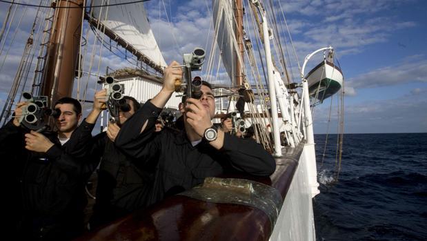 Guardiamarinas observando la meridiana a bordo del Juan Sebastián de Elcano.