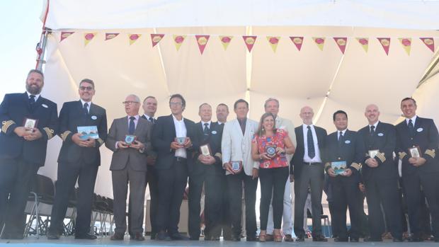 Foto de familia de los miembros de la naviera y los representantes políticos.