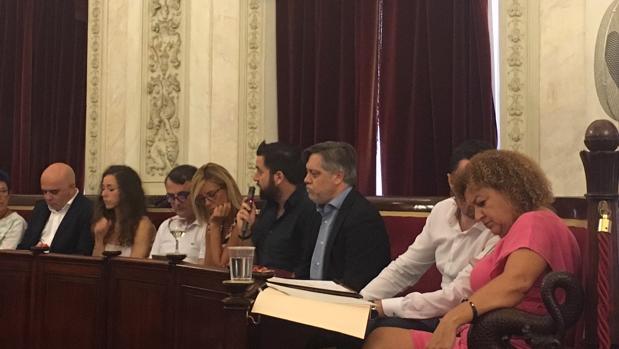 El socialista Óscar Torres, junto a Fran González, ha tomado posesión como concejal del Ayuntamiento en el pleno extraordinario de este lunes.