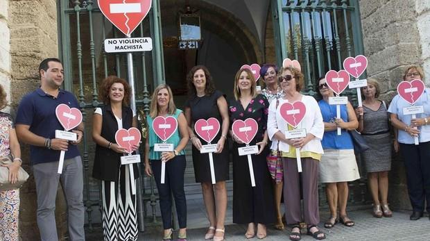 La presentación de la inicitiva pública a la puerta de la Diputación de Cádiz.