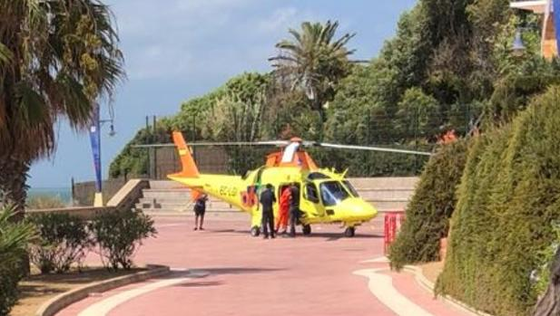 El helicóptero del 061 ha aterrizado ante multitud de personas que se encontraban en las inmediaciones de La Barrosa