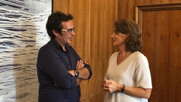 La ministra de Transición ecológica con el alclade de Cádiz en la reunión este martes en Madrid.
