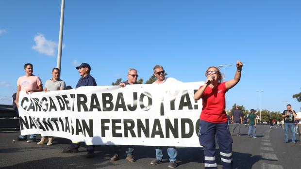 Virginia Gómez, junto a la pancarta de la protesta.