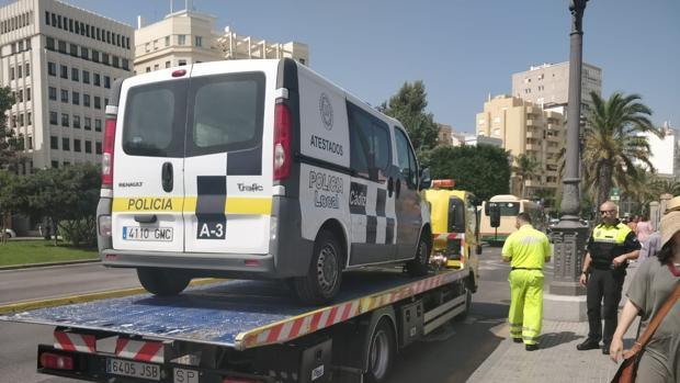El vehículo de atestados siendo retirado tras su avería.