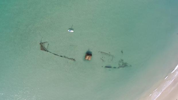 Imagen del vapor Gladiator en la playa de Zahara de los Atunes.