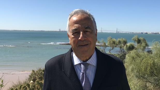 Gregorio Gómez Pina, con el segundo puente sobre la Bahía de Cádiz de fondo
