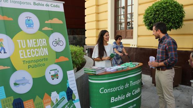 El delegado José Manuel Vera en el stand por la Semana de la Movilidad.