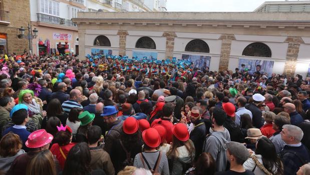Una de las agrupaciones del Carnaval de Cádiz actúa en la calle ante decenas de personas