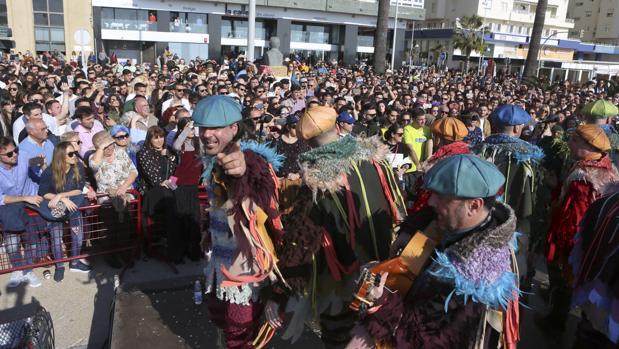 La comparsa 'Los prisioneros' actúa durante la semana de Carnaval.