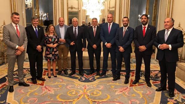 Foto de familia de la reunión de alcaldes y dirigentes institucionales de Cádiz con el ministr oBorrell.