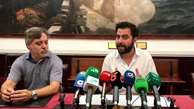 El portavoz del PSOE, Fran González, junto al concejal socialista Óscar Torres.