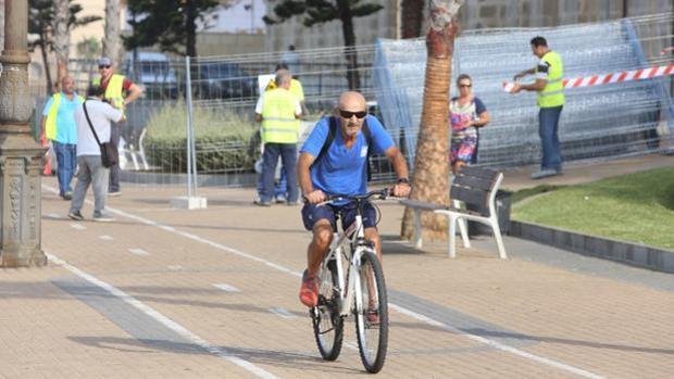 Un ciclista por un carril bici de Cádiz.