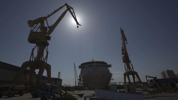 Reparación en el astillero de Cádiz del crucero 'Mariner', de la Royal, el pasado mayo