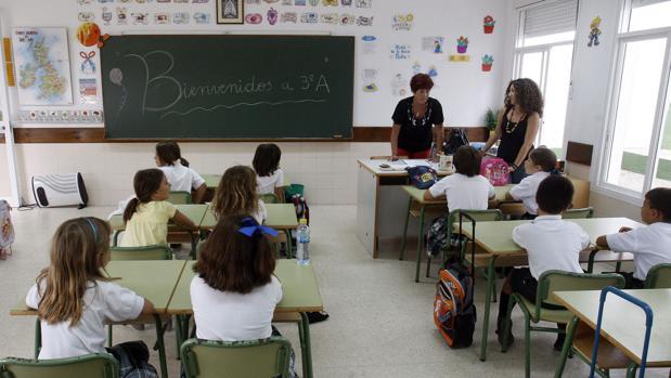 Alumnos atienden en clase en un colegio de Cádiz