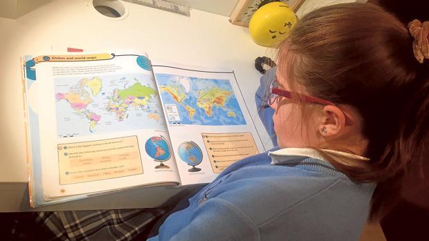 Una alumna estudia inglés