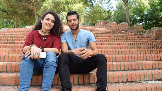 Teresa, ayudante de dirección, e Israel, protagonista, de 'Entre dos Aguas'.