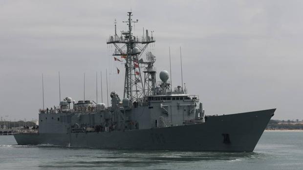 La fragata 'Numancia' se aleja de la Base Naval de Rota el pasado 10 de mayo, cuando zarpó hacia la operación 'Sophia'.