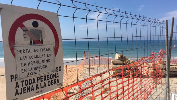 Estado actual del paseo marítimo a la altura de la playa Santa María del Mar.