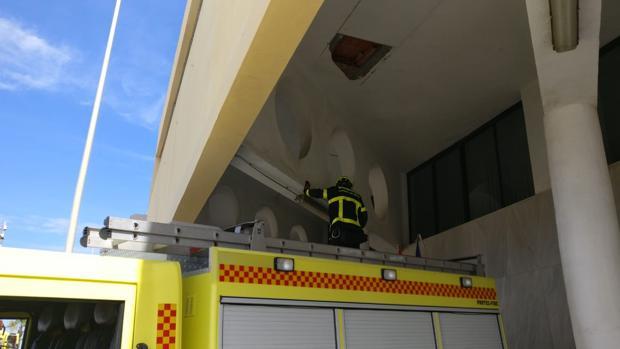 Un bombero interviene en el edificio de Tiempo Libre.