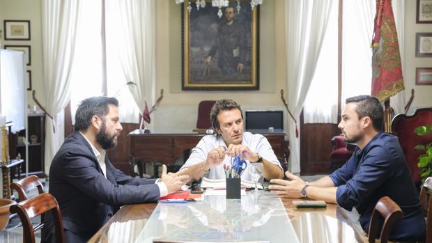 Fran González, José María González y Martín Vila, en la comisión de seguimiento de los presupuestos