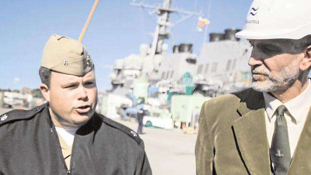 El capitán de fragata de la armada estadounidense Joseph Saegernt (i) y el director del programa de reparaciones de Navantia, Humberto Martínez