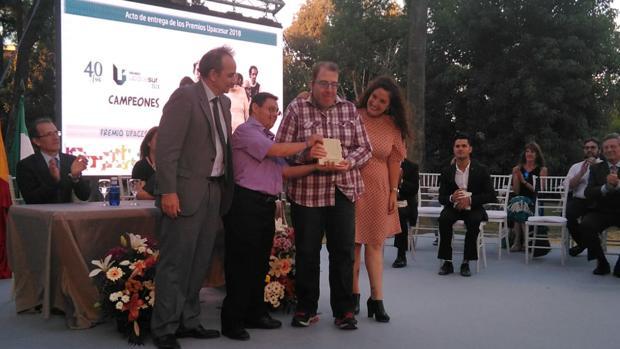 Dos actores de 'Campeones' recogen el premio.