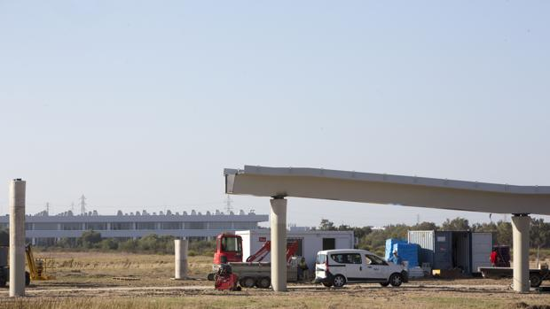 Los pilares de la pasarela ya soportan el primer tramo del tablero peatonal