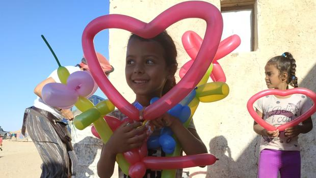 Una de las niñas saharauis disfruta con los talleres de Valle de Cuentos.