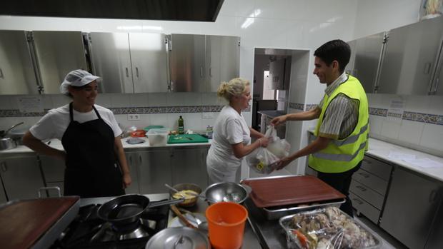 José Luis, repartidor de Mercadona, entrega los alimentos a las encargadas de elaborar la comida.