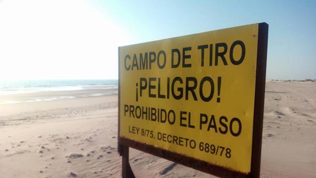 Cartel que prohibe el paso a uno de los tramos de la playa.