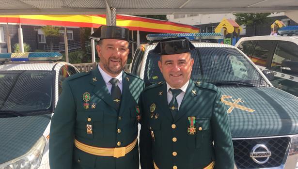 Los agentes Manzano ySánchez, condecorados en Cádiz.