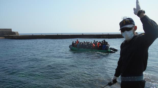 Momento de la llegada de una patera a la isla de Alborán.