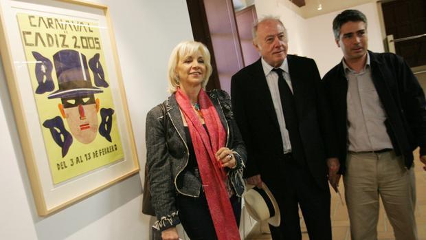 Arroyo, con Teófila Martínez y Vicente Sánchez junto al cartel