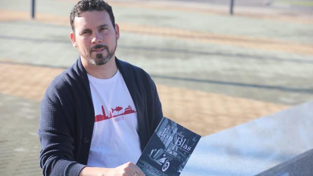 El periodista y escritor Luis Rossi con su primera novela