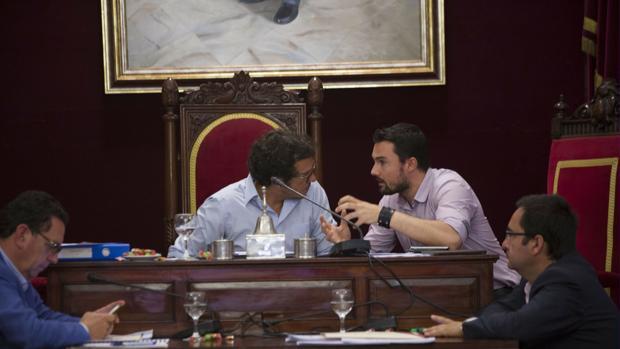 El alcalde, junto a Martín Vila y el interventor, en un pleno.