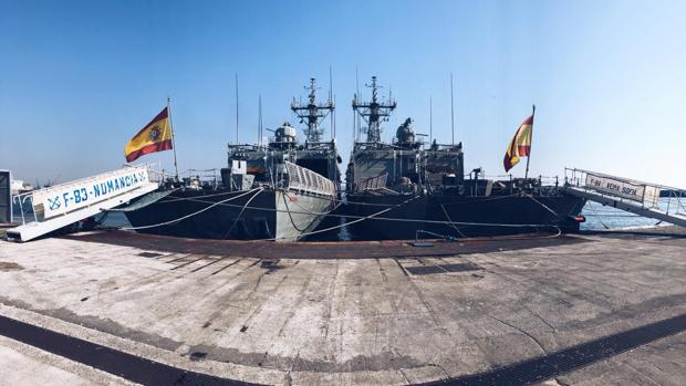 Imagen de ambas fragatas en el puerto de Nápoles.