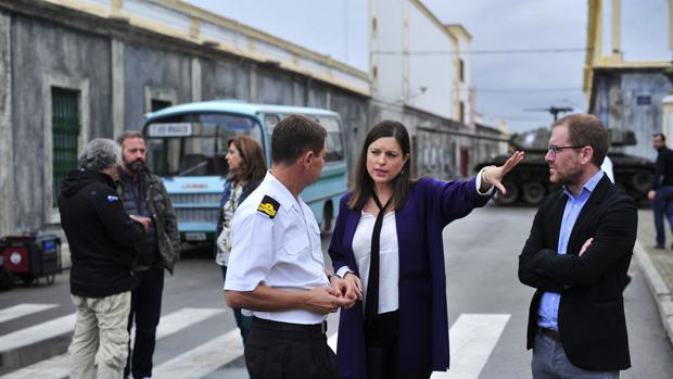 La alcaldesa, Patricia Cavada, en el set de rodaje de The Crown