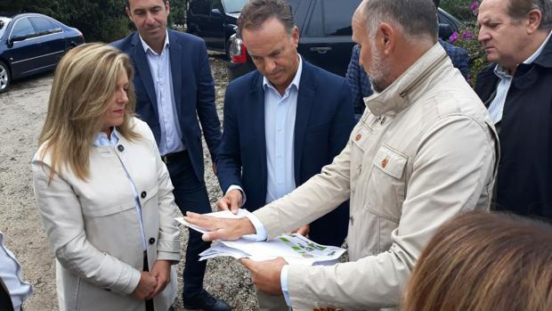 El alcalde atiende a las explicaciones del proyecto.